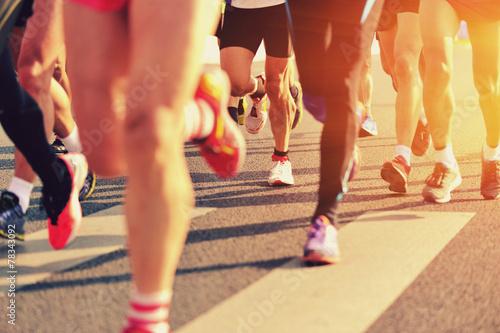 Fotografia marathon runner legs running on city street