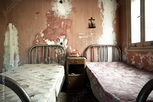 Poster Ruine Creepy dirty and abandoned bedroom