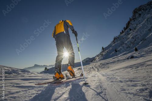 Photo Scialpinista all'alba verso la vetta