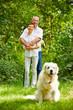 Paar Senioren mit Hund als Haustier
