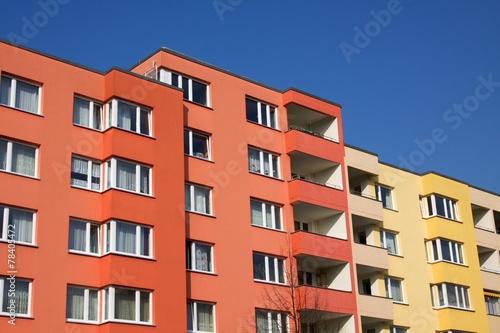 Neubaufassaden rot und gelb