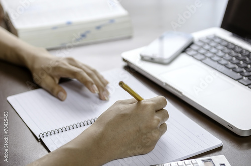 Papel de parede Image of woman taking note
