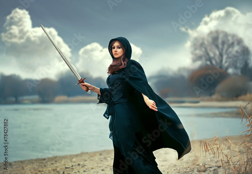 Fotografia The beautiful gothic girl with sword
