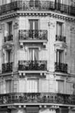 Tradycyjna fasada w Paryżu. Czarny biały - 78432001