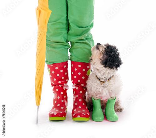 This Hund Gummistiefeln Und Menschenbeine In Stock Buy LSMVjqzGUp