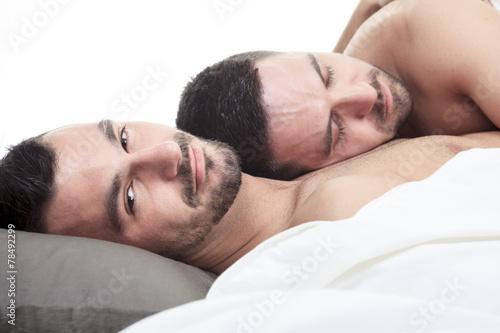 Fotografie, Obraz  Homosexuální pár onder posteli v studio bílý