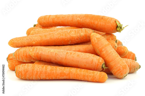 Fotomural bunch of fresh winter carrots on a white background