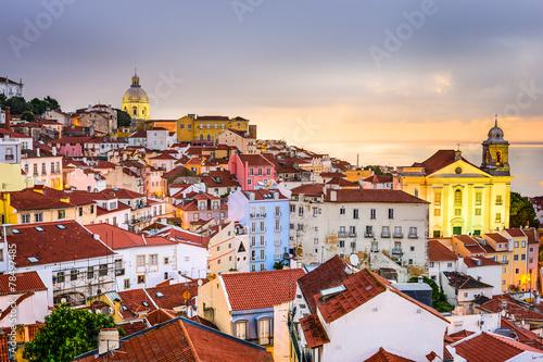 alfama-lizbona-portugalia-miasto-na-wybrzezu-sceniczny-widok