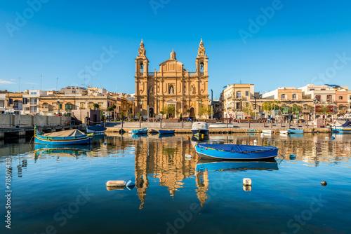 Église et bateaux de pêche à Sliema, Malte Poster