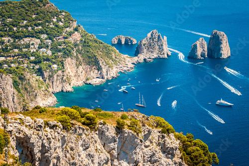 capri-faraglioni-w-morzu-srodziemnym-wlochy-neapol