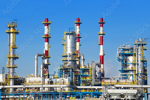 Poster Industrial geb. Petrochemical plant over blue sky.