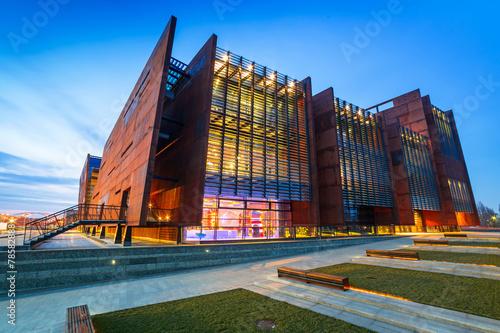 Plakat Zardzewiały stalowy budynek Europejskiego Muzeum Solidarności w Gdańsku