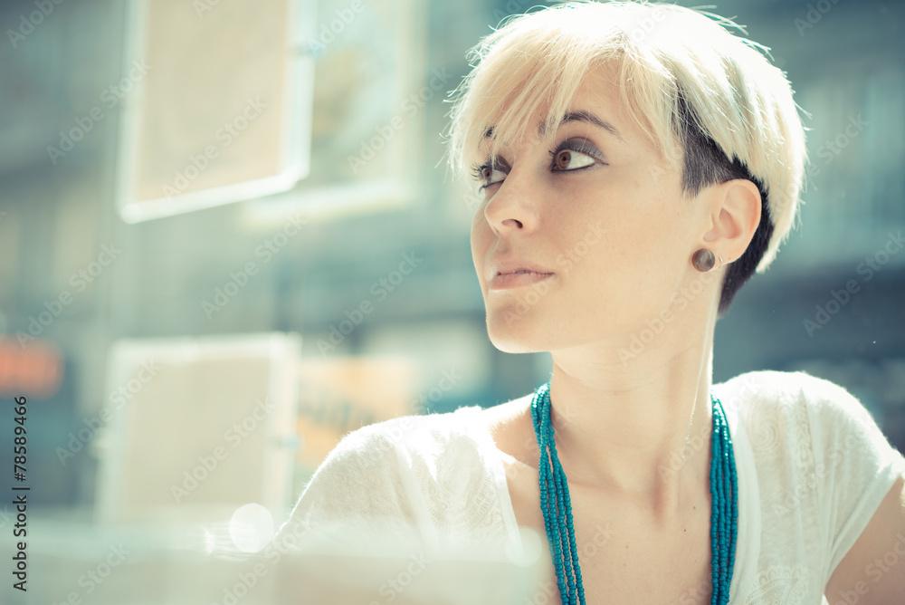 Schöne Junge Blonde Kurze Haare Hipster Frau Foto Poster