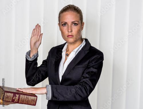 Photo Frau schwört auf die Bibel