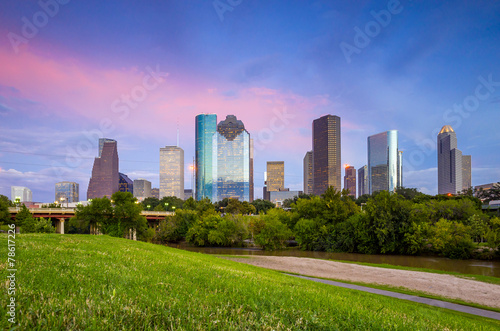 Poster Texas Houston Texas skyline at sunset twilight from park lawn