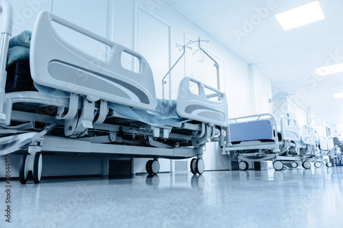 Fotografia  long corridor in hospital with surgical beds.