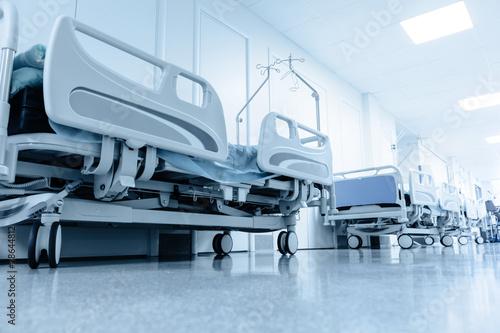 Fotografie, Obraz  Dlouhá chodba v nemocnici s chirurgickými lůžky.