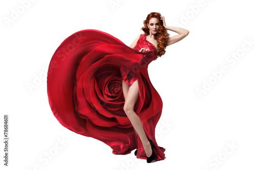 piekna-mloda-kobieta-jest-ubranym-czerwieni-rozy-suknie-odosobniony-bialy-ba