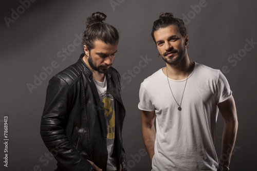 Photographie  Deux beaux jeunes hommes avec une barbe et les cheveux longs en chignon