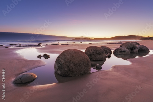 Poster Nouvelle Zélande Famous Moeraki Boulders at low tide, Koekohe beach, New Zealand