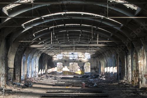 Papiers peints Les vieux bâtiments abandonnés Old abandoned decayed grunge hall of vintage railway plant