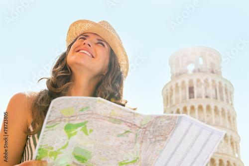 Foto  Glückliche junge Frau mit Kartenbesichtigung in Pisa