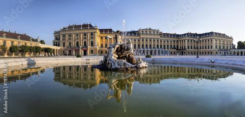 Spoed Fotobehang Wenen Spiegelung Neptunbrunnen Schloss Schönbrunn Wien