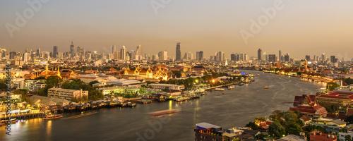 In de dag Bangkok Grand palace at twilight in Bangkok, Thailand