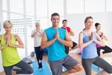 Grupa ludzi ćwicząca fitness