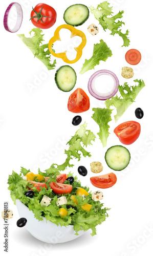 zdrowa-wegetarianska-salatka-salatkowa-z-pomidorem-ogorkiem-cebula-i-pa