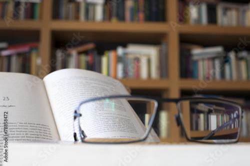 Fotografía  Gafas Enfocando parrafo de libro