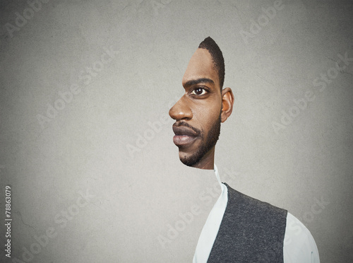 Fotografía  Frente retrato surrealista con cortar el perfil de un hombre joven