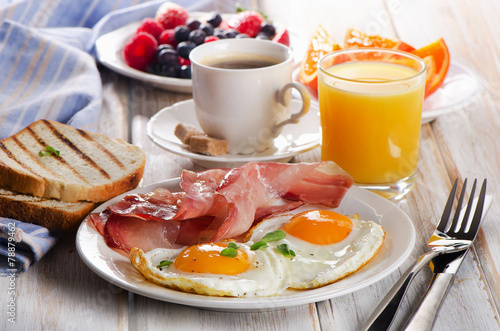 Stampa su Tela Coffee cup, Two  eggs  and bacon for healthy breakfast