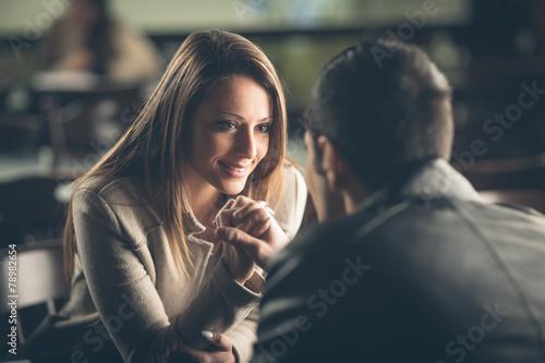 Photo  Romantic couple flirting at the bar