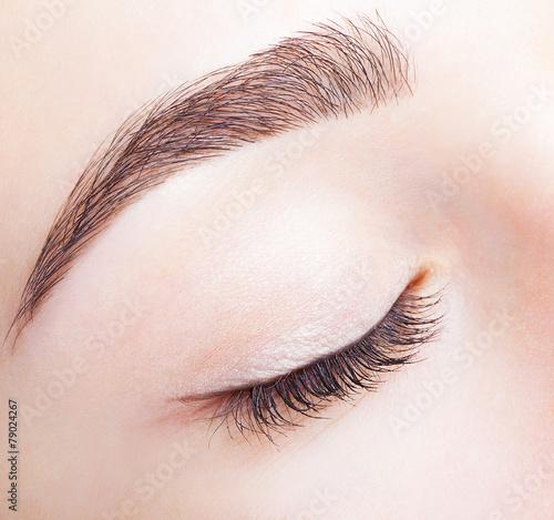 Female closed eye and brows with day makeup Billede på lærred