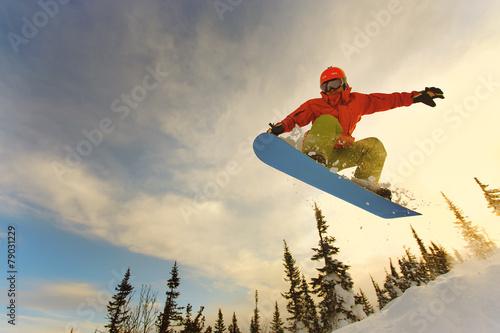 Snowboarder jumping Fototapet