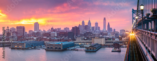 Fotomural  Philadelphia panorama under a hazy purple sunset