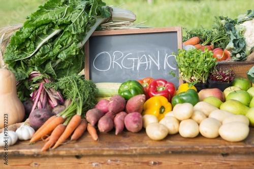 Fotografía  Table of fresh produce at market