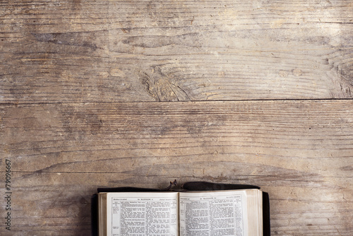Cadres-photo bureau Lieu de culte Bible on a wooden desk