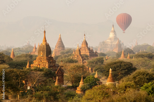 Платно air balloons over Buddhist temples at sunrise. Bagan, Myanmar.