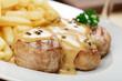 Schweinefiletmedaillons mit Pfeffersauce, Pommes frites