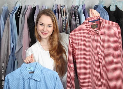 Fotografie, Obraz  Mitarbeiterin in Wäscherei präsentiert zwei Hemden den Händen