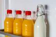 Geöffneter Kühlschrank gefüllt mit Orangensaft und Milch
