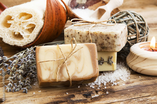natural-soap-homemade-spa-setting-z-produktami-do-pielegnacji-ciala