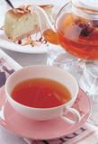 Filiżanka herbaty i talerzyk z ciastkiem