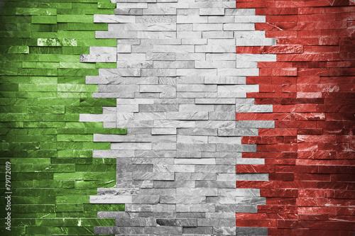 Włoska flaga w ściennym budynku