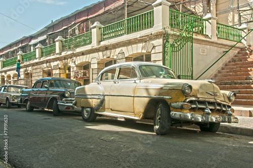 Türaufkleber Autos aus Kuba Zwei Oldtimer in Santiago de Cuba
