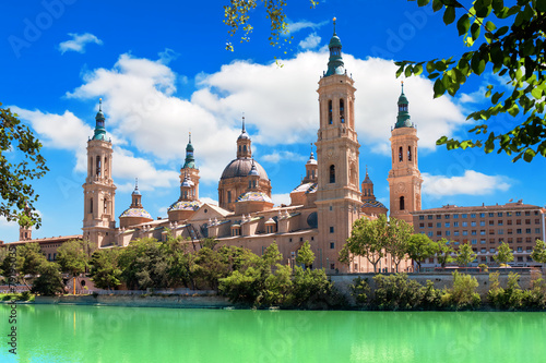 Foto  Cathedral and Ebro river in Zaragoza. Aragon, Spain