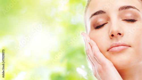 Photo  Beautiful woman touching her smooth skin