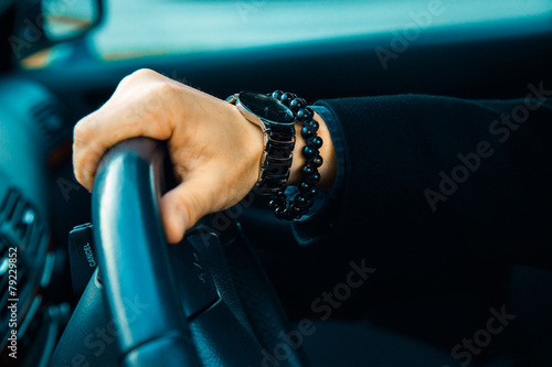 Fotografia High contrast picture of male hand with watch and bracelet in ca